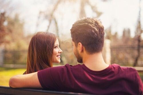 Mand og kvinde taler sammen på en bænk