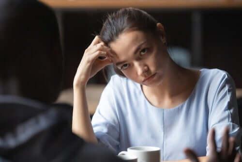 Kvinde, der keder sig under samtale