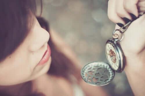 Kvinde, der kigger på et ur