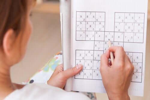 Kvinde, der laver sudoku