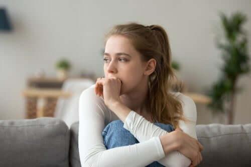Kvinde, der tænker i sofa