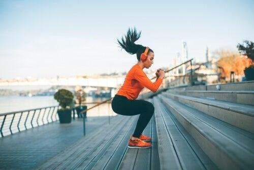 Kvinde, der træner på trapper udenfor
