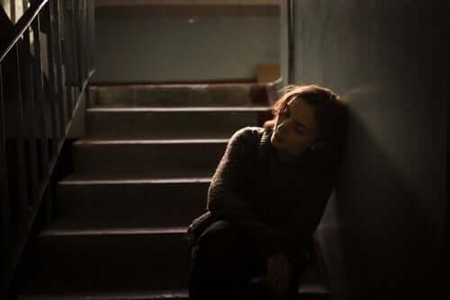Kvinde på mørk trappe føler, at liver ikke giver mening