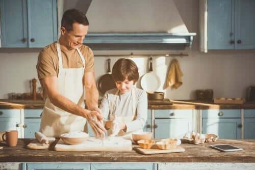Mand i køkken med barn