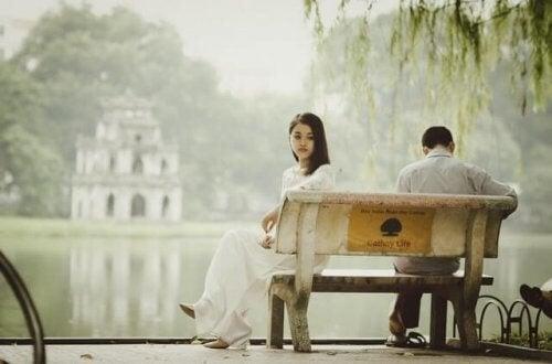 Vold blandt unge par bliver mere almindeligt, som det ses her med par, der sidder adskilt på bænk