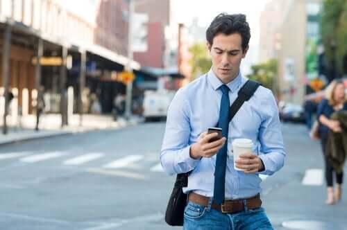Mand kigger på telefon i sin hånd