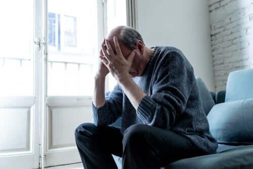 Mand, der tager sig til hoved, oplever psykologiske konsekvenser af coronavirus