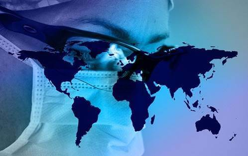 Person med mundbind med verdenskort foran