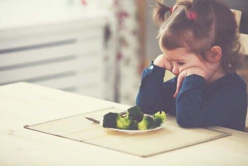 Lille pige vil ikke spise broccoli