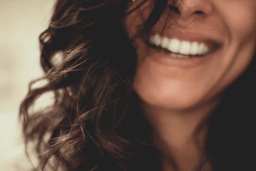 En kvinde smiler