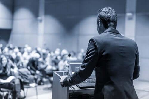 En mand taler til en forsamling