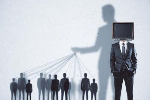 Mand har et tv på sit hoved