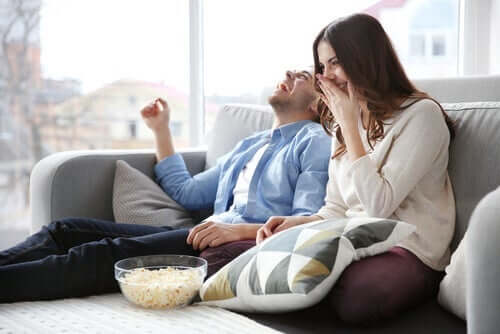 Par griner i sofa for at styrke forholdet under lockdown