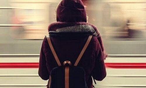 En kvindelig passager venter på toget