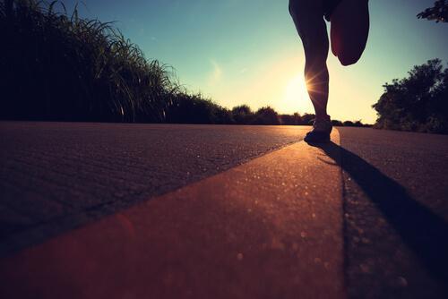 Person løber på en vej for at træne til at løbe et maraton
