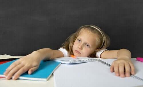 Overvældet pige viser, hvordan børn har lektier for