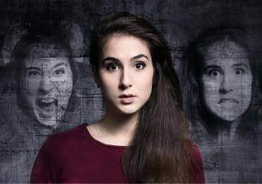 kvinde omgivet af ansigter