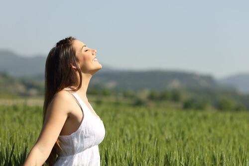 Smilende kvinde på mark udenfor