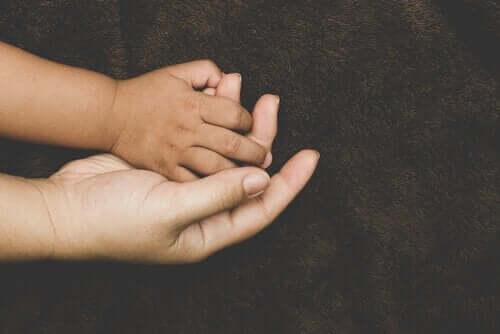 Strange Situation-proceduren og mor-barn-tilknytning