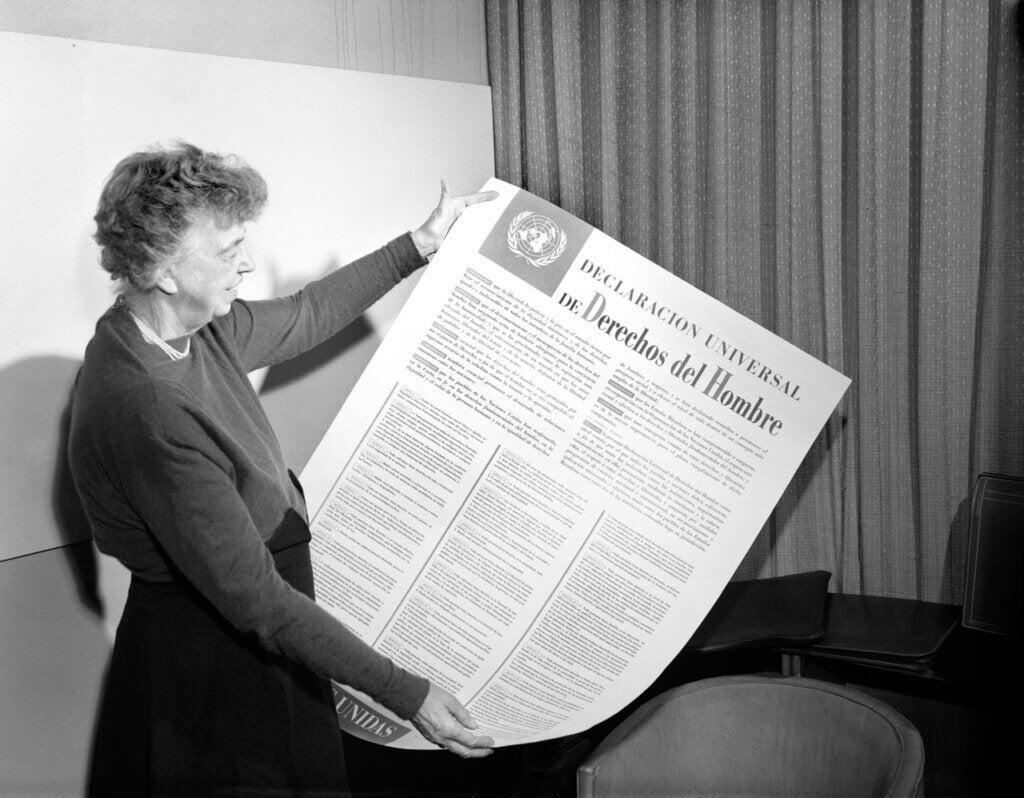 Kvinde med stor avis