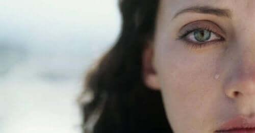 Kvinde med tåre på kinden