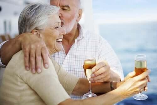 Par, der drikker champagne, undgår monotoni og hjertesorg