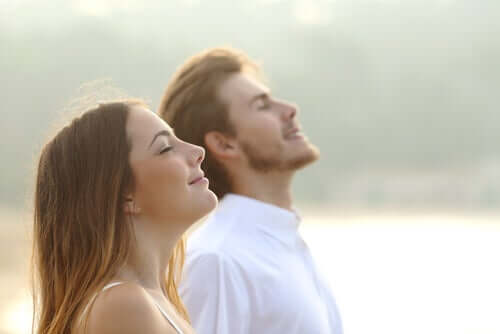 glad mand og kvinde ude i naturen