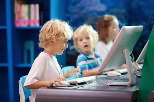 Børn, der sidder ved computere