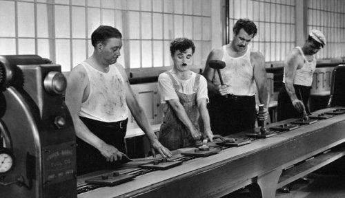 Personer ved fabriksbånd