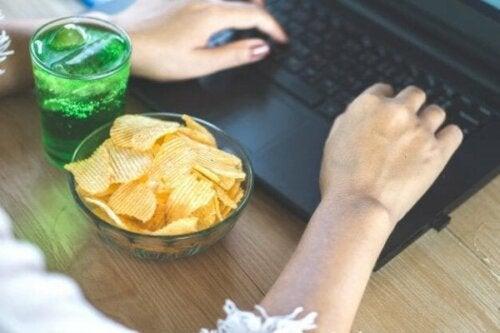 Farerne ved følelsesmæssig spisning under lockdown