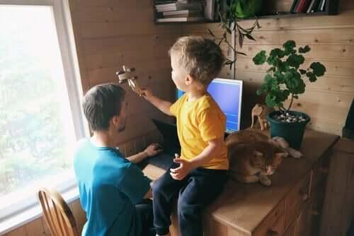 Far har svært ved at arbejde hjemmefra med børn, da sønnen sidder på hans skrivebord