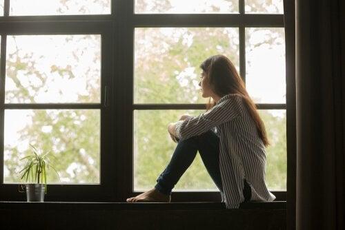 Pige sidder i vindue