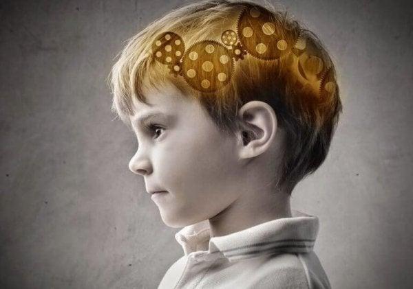 Dreng med tandhjul i hovedet