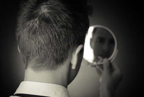 Fyr, der kigger i lille spejl