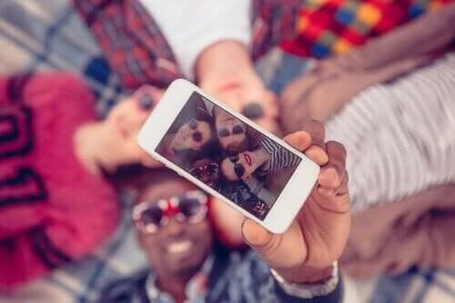 Gruppe unge, der tager en selfie