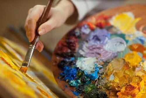 Nogen er i gang med at lave et maleri