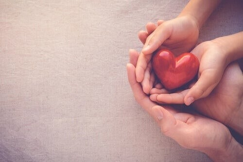 Personer holder hjerte i hænderne