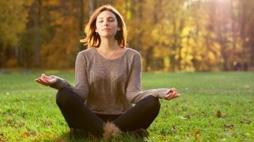 Kvinde på et meditationsretreat