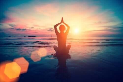 Person mediterer på strand