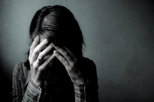 Nogle gange giver sygdom og skyldfølelse ingen mening, som denne kvinde, der gemmer ansigt bag hænder