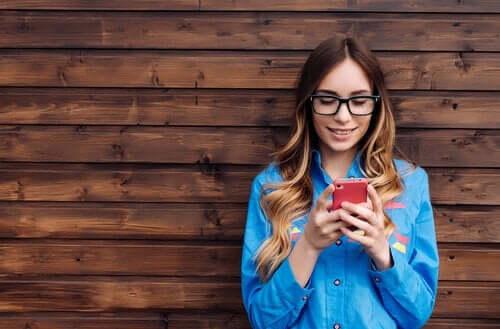 Kvinde med telefon i hånden