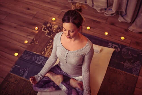 Kvinde mediterer for at undgå søvnproblemer under corona-krisen