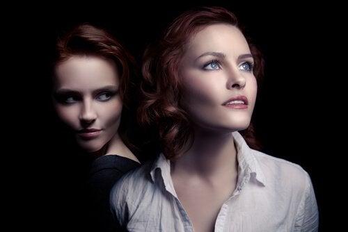 Kvinde i mørke kigger mod kvinde, der ser mod lyset