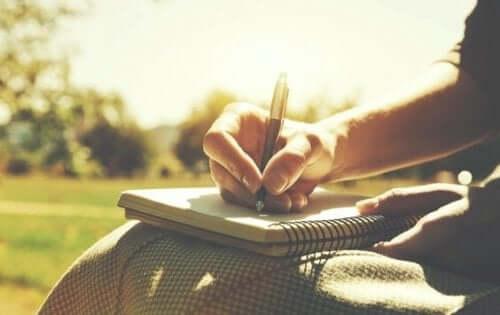 Skriv ned, hvad du føler for at forbedre kommunikationen i et forhold