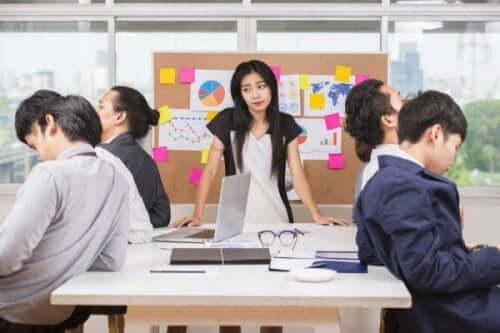 Ligegyldighed er kun en af de mange negative holdninger, som en arbejdszombie kan sprede på arbejdspladsen