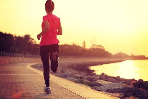 En kvinde, der jogger