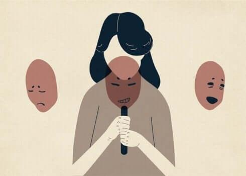 Kvinde uden ansigt med tre masker