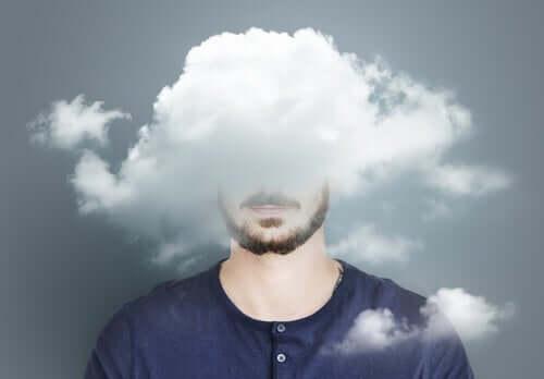 Mand med hoved i sky