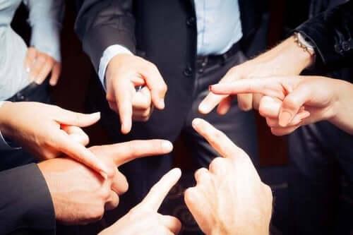 folk, der peger fingre ad hinanden