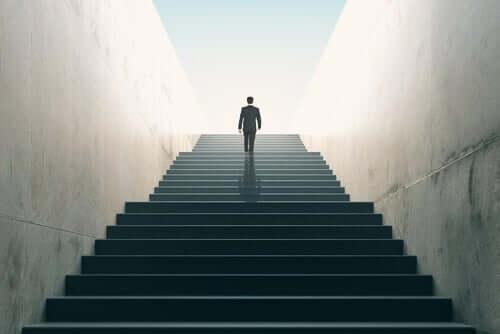 mand på vej op ad en trappe